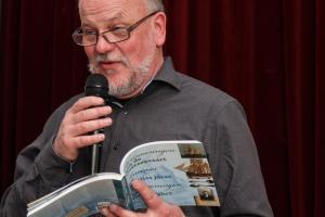 De heer Hachmer leest voor uit 'Herinneringen aan de Oostzeevaart'